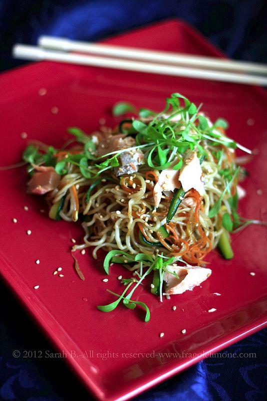 Noodles con verdure saltate e salmone fresco
