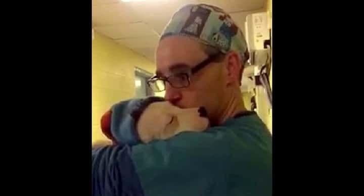 Lorsque Meesha s'est réveillée après son opération, elle était effrayée et perturbée, et son corps réagissait étrangement, suite à son anesthésie. Mais Dennis Moses, assistant de chirurgie au sein du BARCS, savait pertinemment qu'elle avait seulement besoin que quelqu'un s'occupe d'elle, jusqu'à ce qu'elle se sente mieux. Ceux qui connaissent le BARCS (Baltimore Animal Rescue …