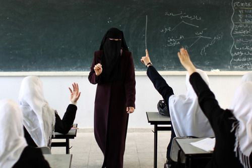 sulitati: A Palestinian teacher speaks to her class at a school in Gaza City (via Time Lightbox).