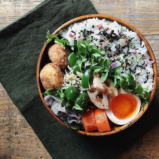 tami_73 on Instagram pinned by myThings ✎ 揚げ里芋弁当。 ✎ 茹で里芋を調味料に漬けていたものに、片栗粉をまぶして揚げたやつ。 調味料、今回は手抜きして麺つゆに……。どうかな お弁当作るの久しぶりすぎて、若干の配置ミス(自分の中で)。 ✎ がんばれ火曜日〜٩( ᐛ )و #tami弁