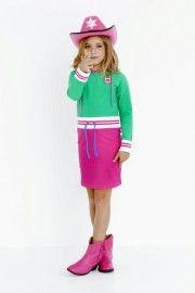 Heerlijk sportief jurkje in fris groen met knalroze. De mouwen en de taille zijn afgewerkt met elastisch gestreept band. Het kobaltblauwe vetertje kun je strikken of nonchalant los laten hangen.
