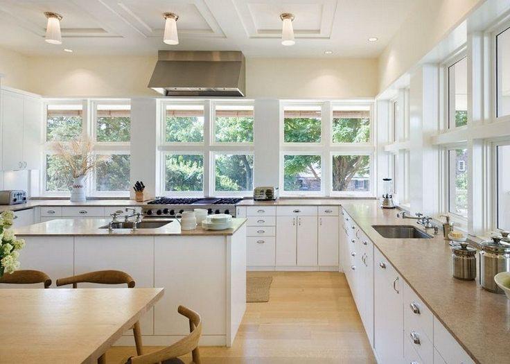 Cuisine blanche avec sol en parquet et plans de travail en pierre
