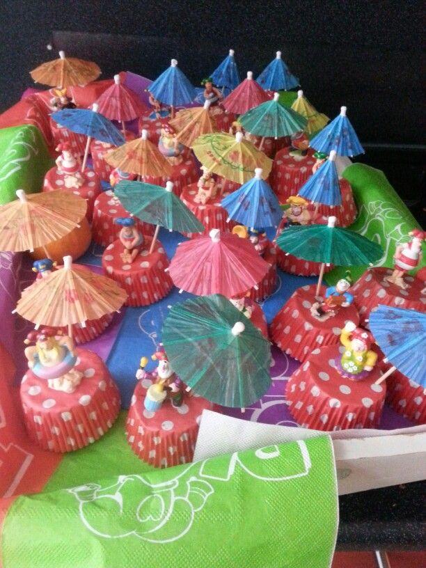 Kabouter Plop traktatie:omgekeerd cupcake vormpje met een cakeje erin. Bovenop een kabouter Plop figuurtje en een parasolletje.