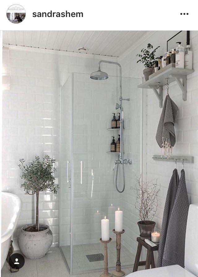 Ljusgrått golv och vita väggar