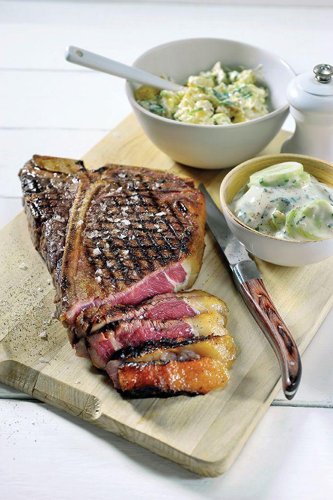 Bereiden:Breng het vlees op temperatuur: Verwarm het vlees 1 uur voor in de oven op 70°C. Maak de aardappelsla: Kook de aardappelen gaar in de schil. Laat afkoelen, pel ze en snijd in plakjes. Besprenkel de aardappelen royaal met arachideolie, gril kort op de bbq en laat afkoelen in de koelkast. Breek de aardappelen in stukjes. Doe de sjalotten en lente-ui erbij en besprenkel met dragonazijn. Meng met de mayonaise en breng op smaak met nootmuskaat, witte peper en zout. Maak de tzatziki: