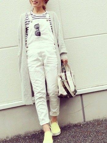 白いサロペットだと、爽やかな印象に。もちろん、ライトグレーを合わせるのがおススメ◎