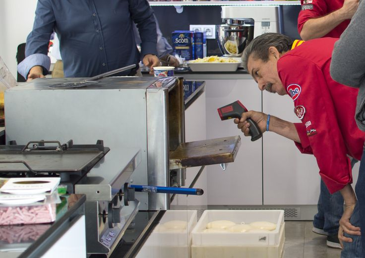 Marquinetti da gran importancia a la temperatura a la que se encuentra el horno antes de meter la pizza, para ello usa un termómetro infrarrojo al igual que un termómetro digital metido en la masa para conocer su temperatura en todo momento.