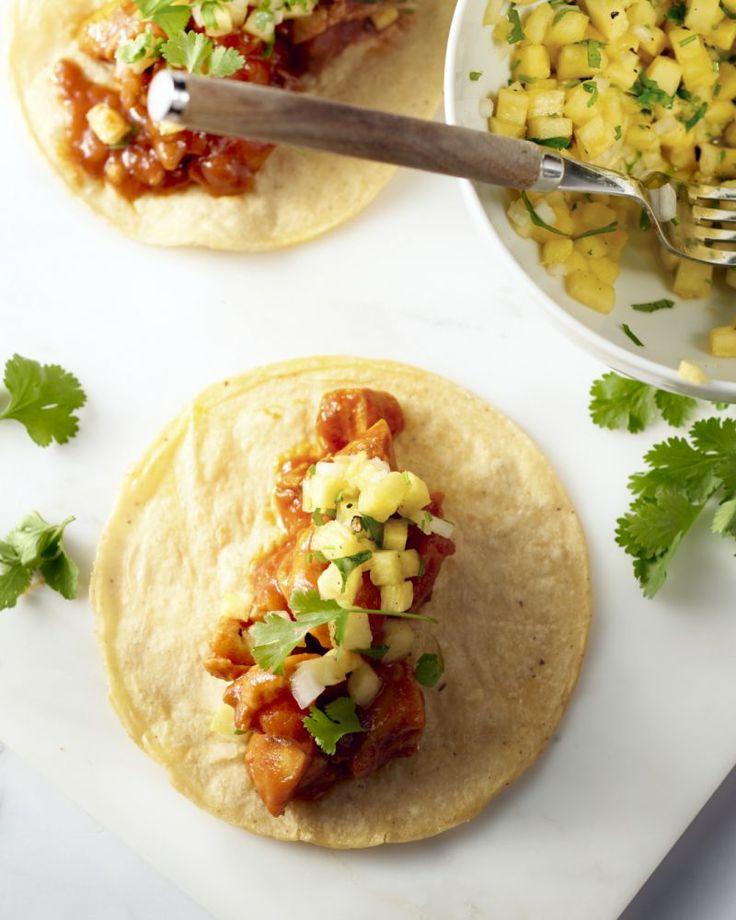 Kip en ananas zijn een heerlijke combinatie in deze pittige Mexicaanse taco's. Serveer met jouw favoriete Mexicaanse sausjes zoals guacamole en pico de gallo.