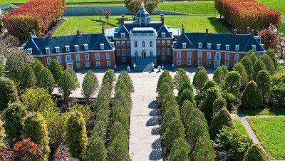 O Palácio Huis ten Bosch é uma das quatro residências oficiais da Família Real Holandesa , localizada em Haia , Holanda , e lar de Rainha Beatrix desde 1981 .