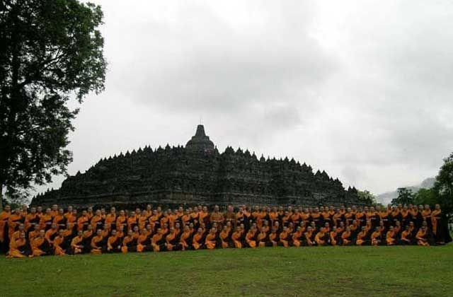 Perayaan Hari Waisak 2558/2014 di Candi Mendut dan Candi Borobudur http://indonesia.travel/id/event/detail/875/perayaan-hari-waisak-2558-2014-di-candi-mendut-dan-candi-borobudur
