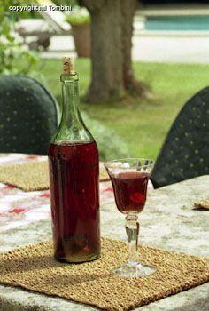 Vin d'orange - Recettes de cuisine de Provence zeste de 7 oranges zeste d'1 citron 1 litre d'alcool à 45° (4 tasses) 1 kg de sucre (35,3 onces) 5 litres de vin rosé ou blanc (4 tasses) Epices : vanille, poivre, café, chicorée