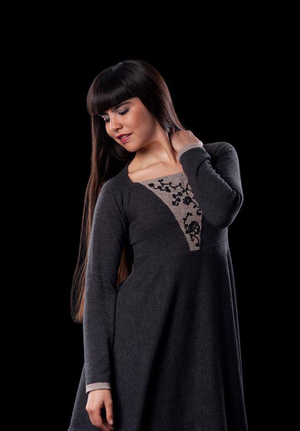 Vestido lanilla gris con aplicaciones de tejidos a crochet con hilo de seda negro.