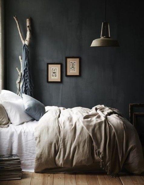 Prachtige slaapkamer. Donkere tinten op de muur gecombineerd met zacht linnen dekbed.