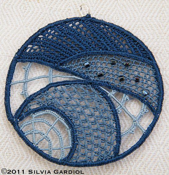 Italian Needlework: Needle lace medallion in Piecework