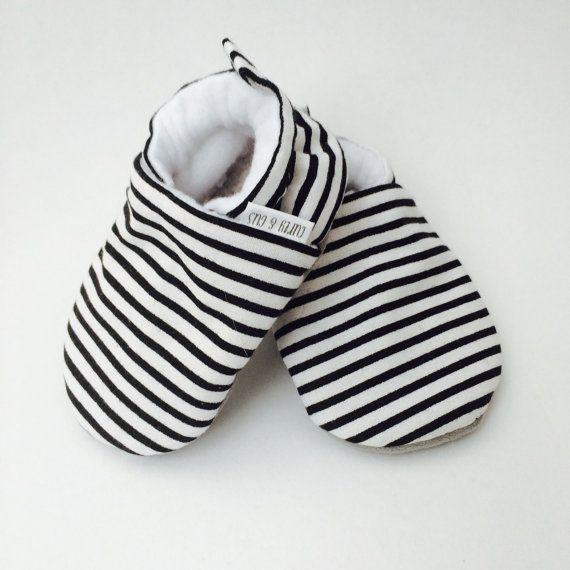 Baby schoenen strepen zwart-wit zwart-wit door CurlyandGusBabyCo