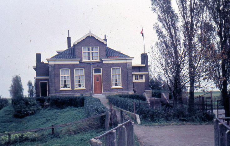 Schooldijkje. In dit gebouw zat van 1873 tot 1923 de openbare school op Marken. Vanaf 1923 zat daar in vier lokalen de Vrije Christelijke School tot 1933. Toen is het gebouw gesloopt en is er een nieuw gebouw gebouwd;