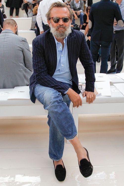Acheter la tenue sur Lookastic: https://lookastic.fr/mode-homme/tenues/blazer-bleu-marine-bleu-clair-jean-bleu-slippers-noir/2214 — Chemise à manches longues bleu clair — Blazer à rayures verticales bleu marine — Jean bleu — Slippers en daim noirs