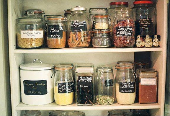 glass jars and chalkKitchens, Organic, Chalkboards Painting, Chalkboard Mason Jars, Chalkboards Mason Jars, Jars Labels, Pantries Organiation, Chalkboards Labels, Pantries Storage