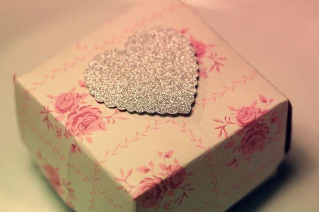 """Vika askar Att vika egna askar, är ett riktigt användbart pyssel. Askarna kan användas till att lägga smaskiga praliner i """"som en fin gåbortpresent"""". Eller tillverka ett fint smycke och lägg i asken."""