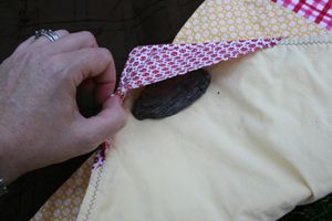 Sew Rock-Pockets onto your picnic blankets (and i think it'd be great for beach towels too!) to keep everything grounded