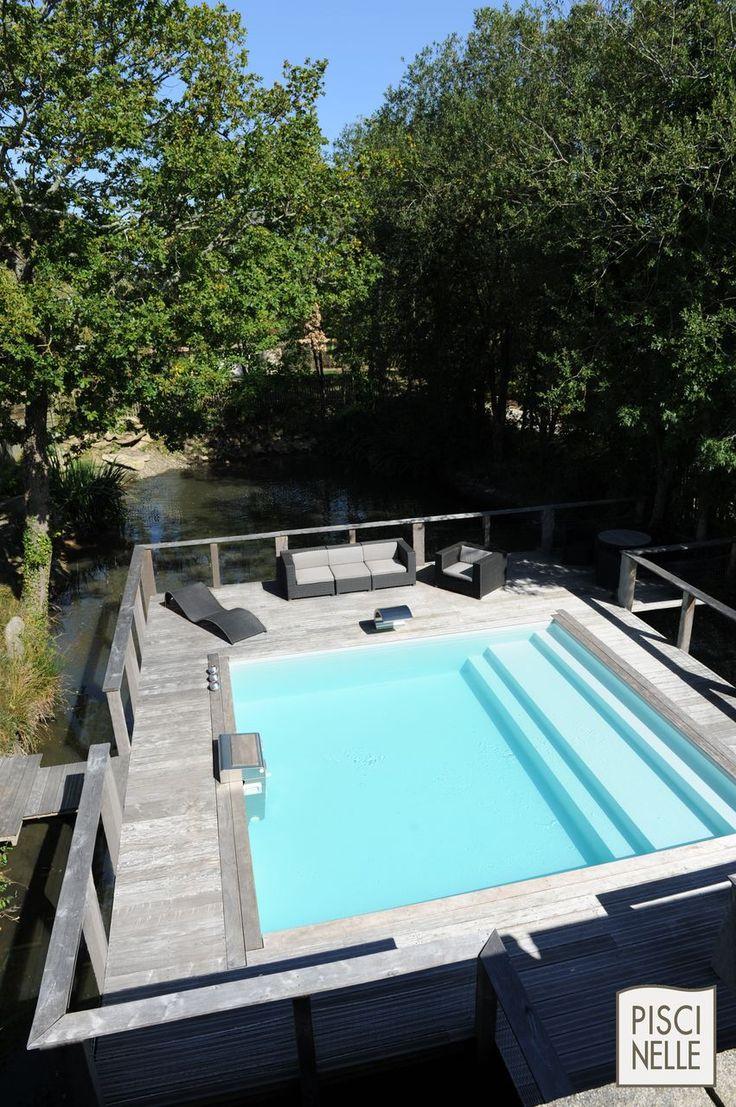 Au beau milieu d'un étang, construite sur le modèle d'un ponton, cette piscine semi-enterrée est un exploit technique... que la méthode Piscinelle permet de dompter facilement tout en restant très design. Cette piscine a été installée directement par son propriétaire... c'est ça le kit-haut-de-gamme Piscinelle !