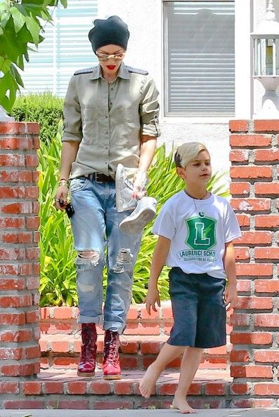 Gwen Stefani picks up her son Kingston in Sherman Oaks