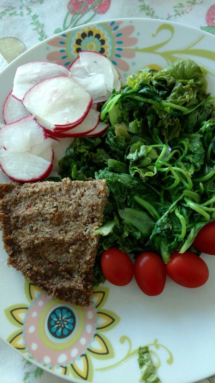 Agrião, leve ao microondas uma boa porção por 1 minuto, tempere com sal e azeite. Rabanetes crus fatiados, tomates cerejas e quibe assado.