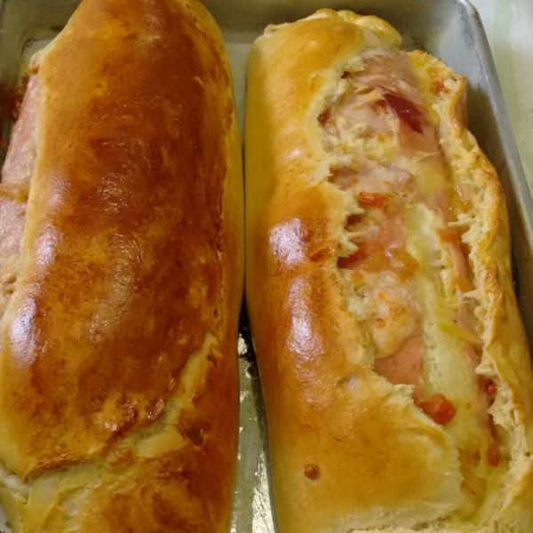 Faça o Pão Recheado com Presunto e Queijo para o lanche da sua família. Ele é fácil de fazer, delicioso e rende bastante. Confira!
