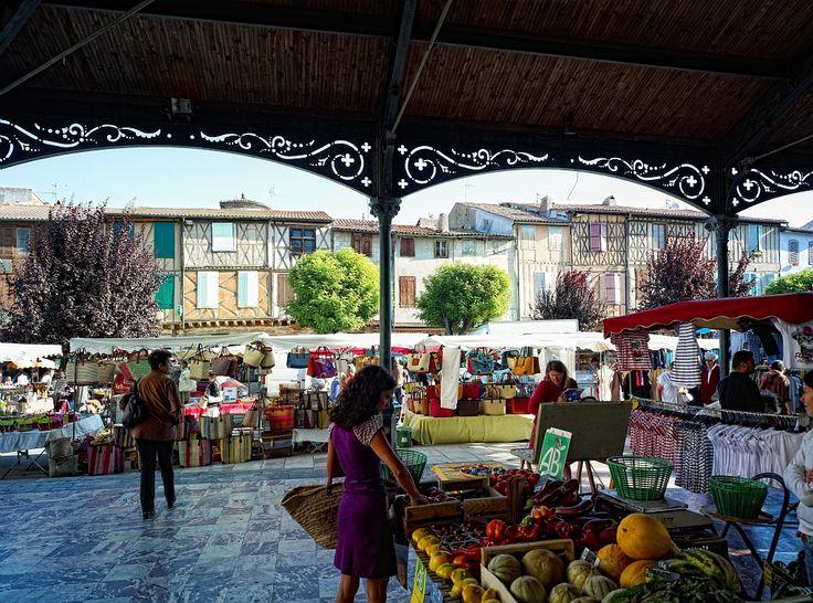 Mirepoix, Ariège - Par CRT Midi-Pyrénées / D.Viet #TourismeMidiPy #MidiPyrenees #France #marché #market #food #fruit #mirepoix #ariege