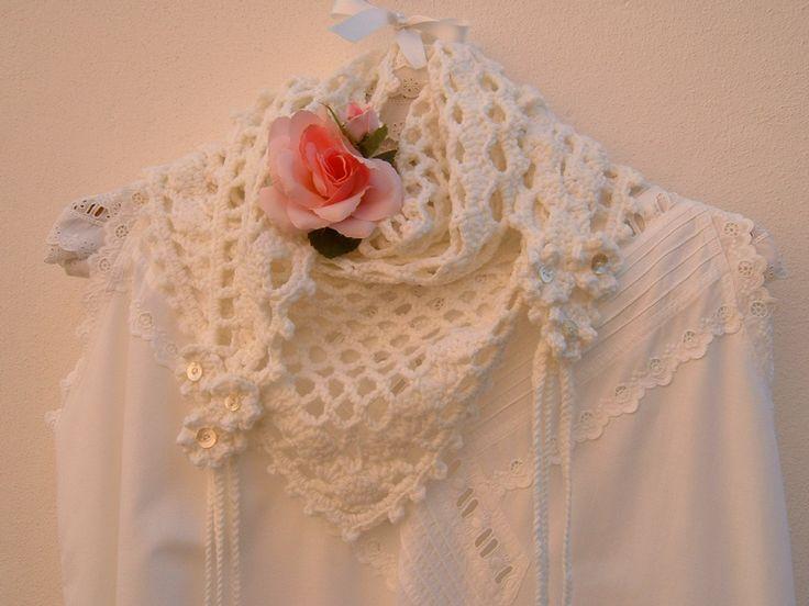 Scialle all'uncinetto in pura lana bianca con fiori e trecce. Crochet moda donna, stile romantico e femminile. Scialle morbido fatto a mano