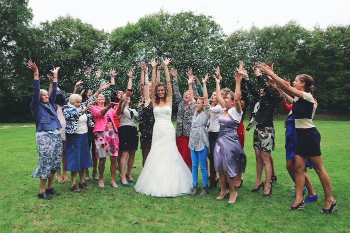 kim cuhfus bruidsfotografie groepsfoto met confetti