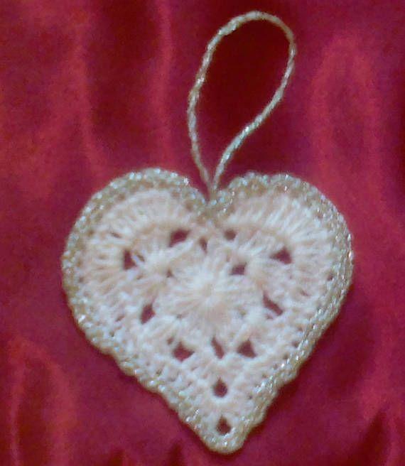 Gehäkelte Herzen weiße Geschenkanhänger mit Umrandung in