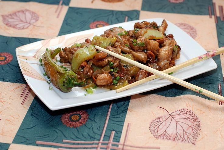 Курица с арахисом — классика сычуаньской кухни. Курица небольшими кусочками, чтобы можно было есть палочками, арахис, обжаренный в масле, маленькие стручки чили
