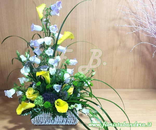 Composizione floreale in cesto vimini.