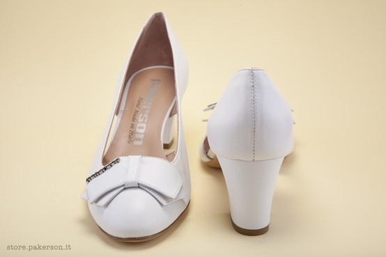 Napa leather pump with side openings on the upper. - Décolleté in nappa con aperture laterali sulla tomaia http://store.pakerson.it/woman-decolletes-27299-bianco.html