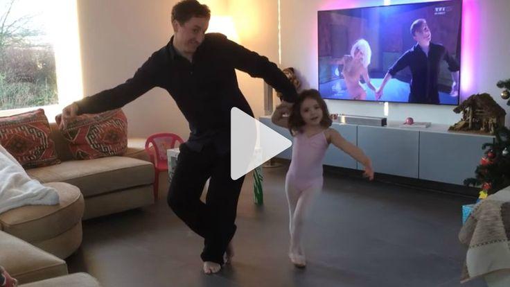 """Zu Sias Hit """"Chandelier"""" performen Papa und Tochter eine süße Choreographie - und stehen ihren Helden aus dem Fernsehen damit in nichts nach. Zu niedlich!"""
