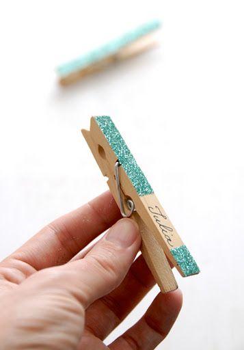 Les moineaux de la mariée: DIY pince à linge pailletées pour accrocher photos sur un fil entre les arbres