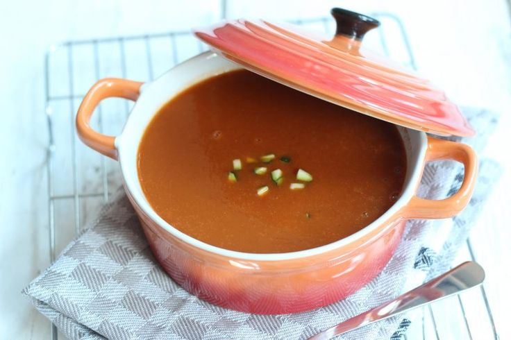 Heb je zin in een lekkere, gezonde maar ook snelle maaltijd? Maak dan deze courgette-tomatensoep met een lekker broodje erbij.