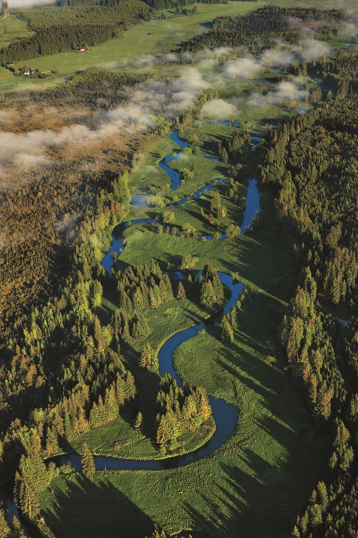 De Vltava, ook wel bekend onder zijn Duitse naam Moldau, is de langste rivier van Tsjechië. De rivier begint in Šumava. De lengte van de Vltava is 430 km. De Vltava ontspringt als een beek aan de voet van de Černá hora, Zwarte berg, op een hoogte van 1172 meter. Photo: Libor Sváček ©CzechTourism www.czechtourism.com