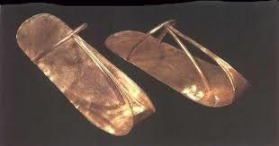 Hombres y mujeres llevaban sandalias hechas de madera, papiro, piel de cabra y fibr de palma