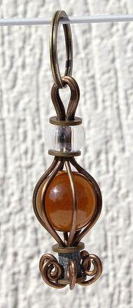 """Porte-clefs avec une grosse bille de verre de couleur wrappée dans du fil de cuivre """"La lanterne""""- Ambre"""