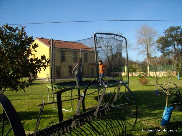 Cama elástica en el jardín de tu casa de vacaciones en Cantabria