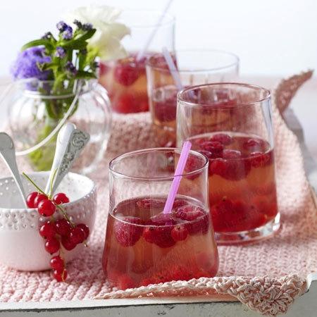 Himbeer-Johannisbeer-Bowle mit Cassis, Cidre und Weißwein