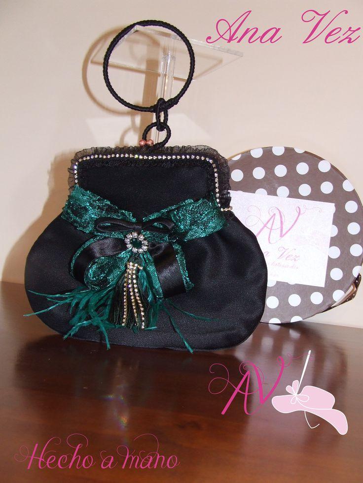 Ana Vez Atelier de Tocados, Sombreros & Complementos Artesanales.Bolso Vintage personalizado con telas del vestido de mi clienta.