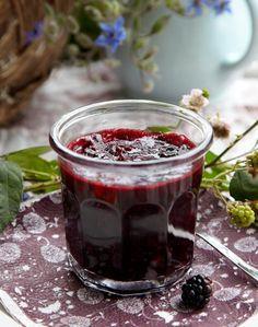 Lav din egen brombærmarmelade - det er hurtigt og nemt, og så smager det meget bedre end det færdigkøbte.