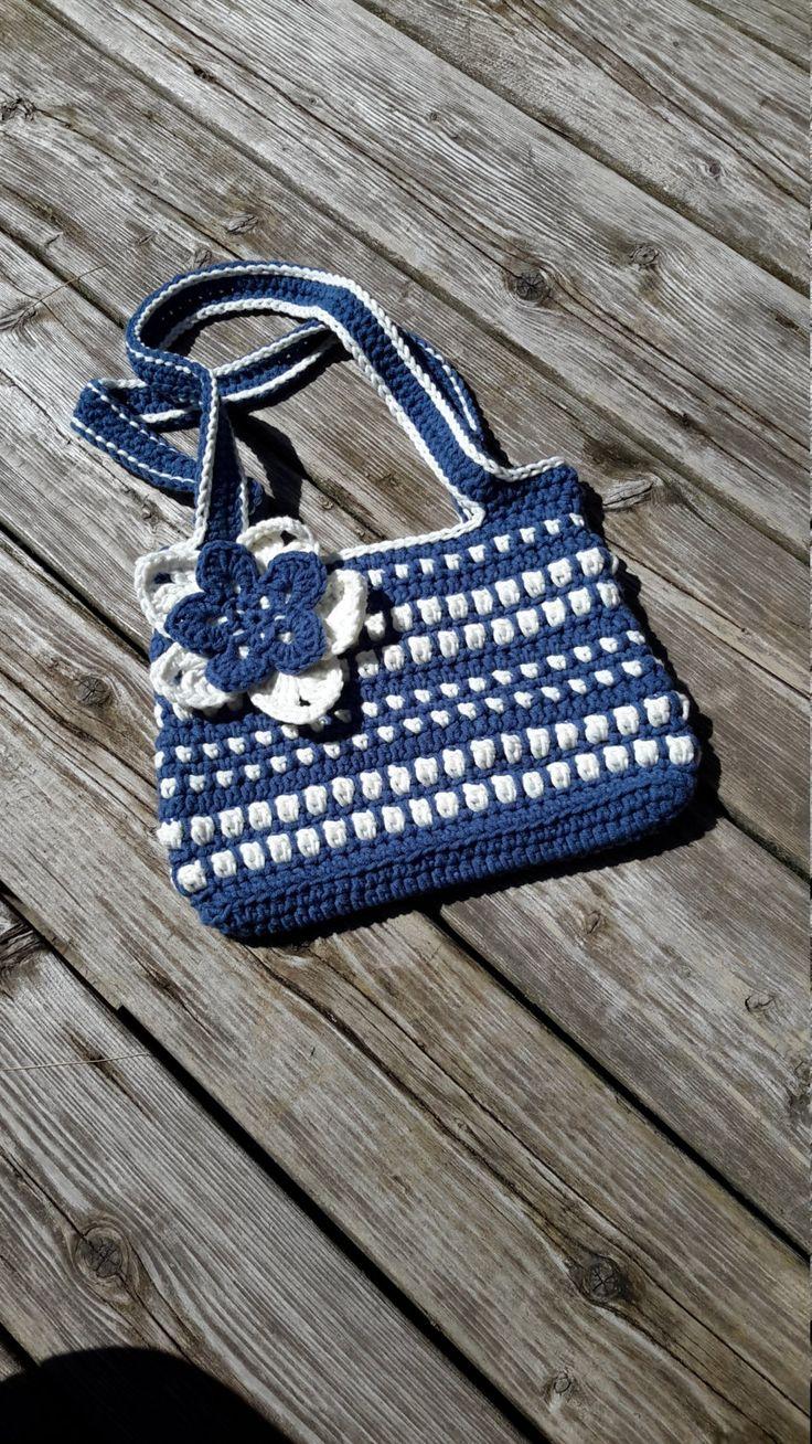 Sac à main crocheté, sac bleu et blanc, doubles poignées,  grosse fleur , sacoche rectangulaire, fond plat, grand sac de la boutique Agadoux sur Etsy
