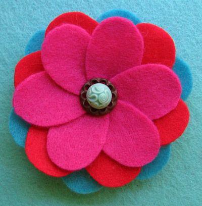 Bloemen van vilt kan je maken met deze gratis stap voor stap uitleg en patronen om bloemen van vilt te maken voor op je tas, in je haar, op kinderkleding,