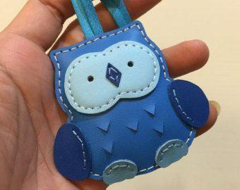 Tamaño pequeño - Fanny el encanto de cuero de vaca de buho (forma de azul)