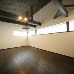 『TN-house』チョコレートケーキの家の部屋 横長窓から光が差し込む寝室