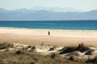 Las 10 mejores playas de Andalucía. Valdevaqueros se ha convertido en zona de peregrinaje para amantes del windsurf y el kitesurf procedentes de diferentes lugares del mundo, pues el Atlántico aquí es un paraíso para los practicantes de estos deportes. España, Tarifa, Andalucía #beach Cádiz.